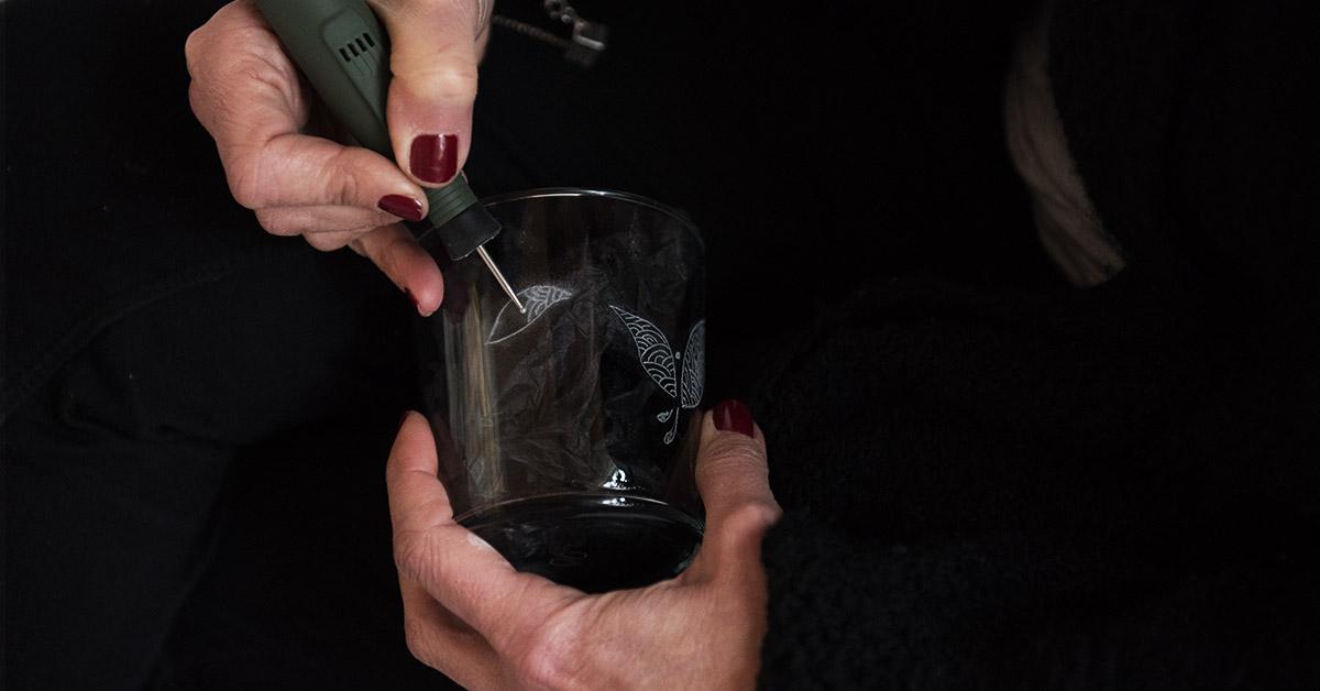Corso di incisione su vetro per realizzare personalizzazioni di oggetti in vetro